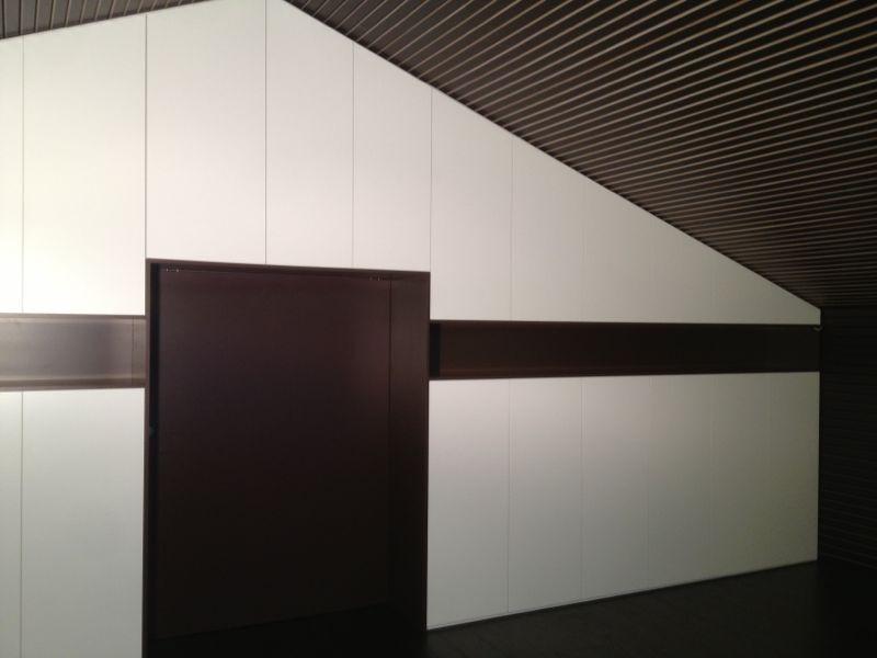 Agencement d'armoires avec passage et porte coulissante